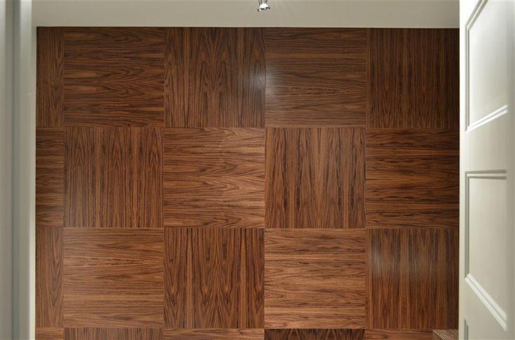 Murs Caissons en noyer. Posez-les sur les murs ou faites-en des tuiles de plafonds! Inversez les grains de bois comme nous ou installez-les toutes dans le même sens et séparez les par des lattes de même couleur ou encore d'une différente couleur !  Vaste choix de couleurs et d'essences disponibles !  Créez aussi des mosaïques au mur en jouant avec différentes matières dans vos concepts : bois, laques, mélamines, photos, cuirs recyclés, inox, métaux peints, acryliques, jeux de lumières…