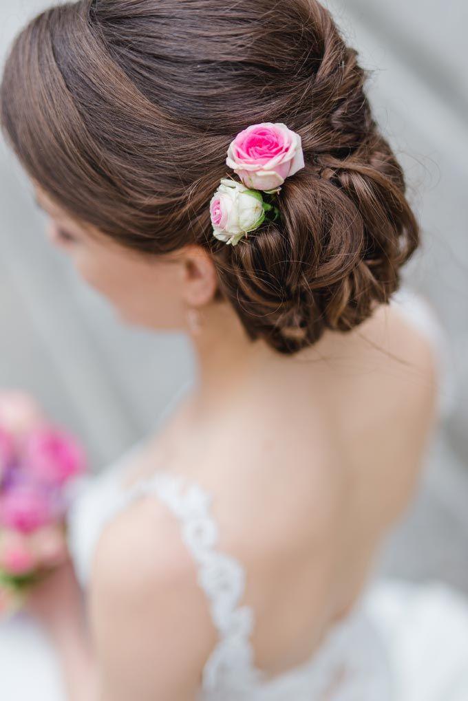 Brautfrisur von Anna mit Blumen im Haar Das Foto wurde gemacht von Jung und Wild design