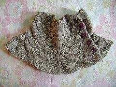 Sofisticated knitted cowl. I plan to knit it for next autumn, it could be very useful against Berlin's cold wind