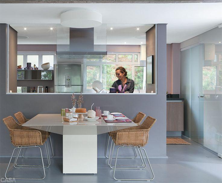 """CINZA e ROSA-ANTIGO. Uma das soluções mais interessantes deste projeto é o piso sobre piso: o laminado melamínico, modelo Prattan, da Uniplac, cobriu não só a cozinha como também o apartamento inteiro. """"Ele foi colado sobre o revestimento existente"""", explica o arquiteto Gustavo Calazans. Como o piso e a parede central eram de um cinza sóbrio, o arquiteto acrescentou um rosa-antigo (ref. 6023 Insightful Rose*, da Sherwin-Williams) na parede da janela e na lateral."""