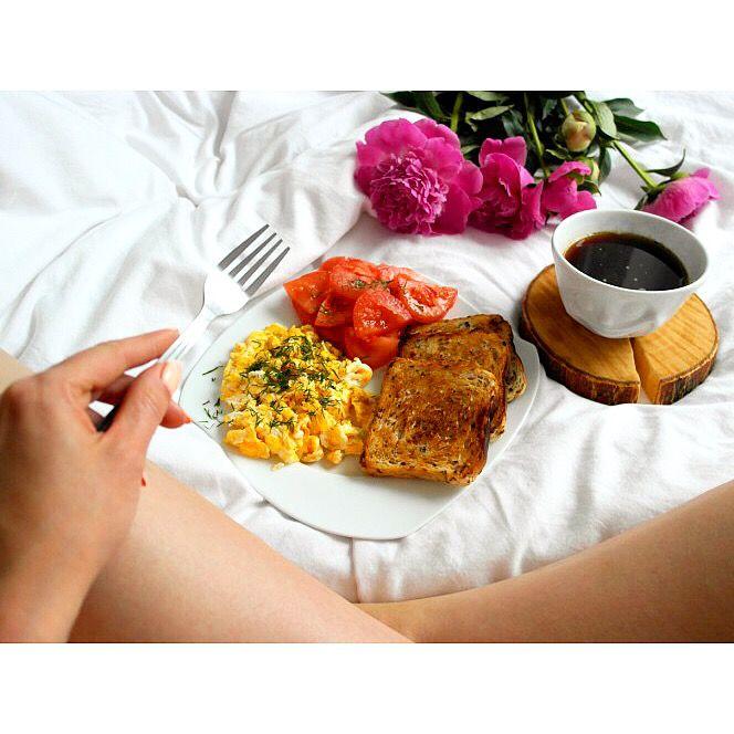 Niedzielne śniadanie w łóżku 😁 Jajecznica z koperkiem, pomidorami i tostami 🍳🌱 Do tego oczywiście kawa ☕️🙂---> Zapraszam na moją stronę na fb https://m.facebook.com/eatdrinklooklove/ ❤ . . Sunday breakfast in bed 😁 Scrambled eggs with dill, tomatoes and toast 🍳🌱And of course coffee ☕️🙂 ---> I invite you to my page on fb https://m.facebook.com/eatdrinklooklove/ ❤