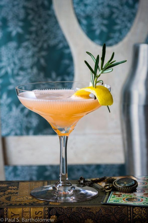 French Blonde - a beautiful cocktail featuring Lillet Blanc, elderflower liqueur, dry gin and freshly-squeezed grapefruit juice #cocktaildrinks