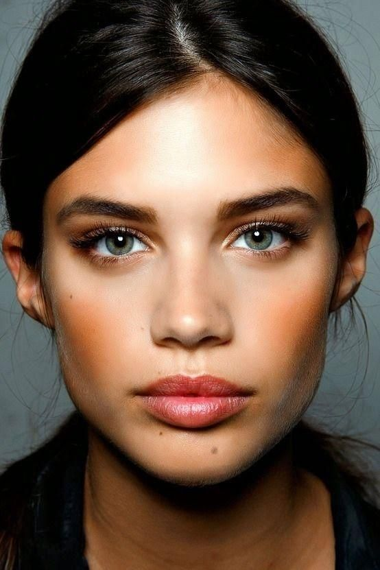Make up. Natural and glowing look: Contoured face, highlight, defined eyebrows, brown eye shadows and nude lipstick. Love this look.