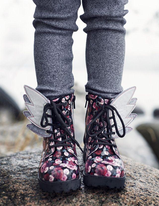 Ompele kengännauhoihin pujotettavat heijastinsiivet. Hauskat ja helpot heijastimet valmistuvat tunnissa. Kurkkaa kuvat ja ohje!