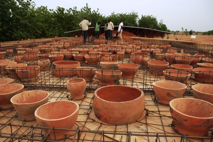 Tragaluces de barro: iluminación natural a partir de la reutilización de maceteros tradicionales