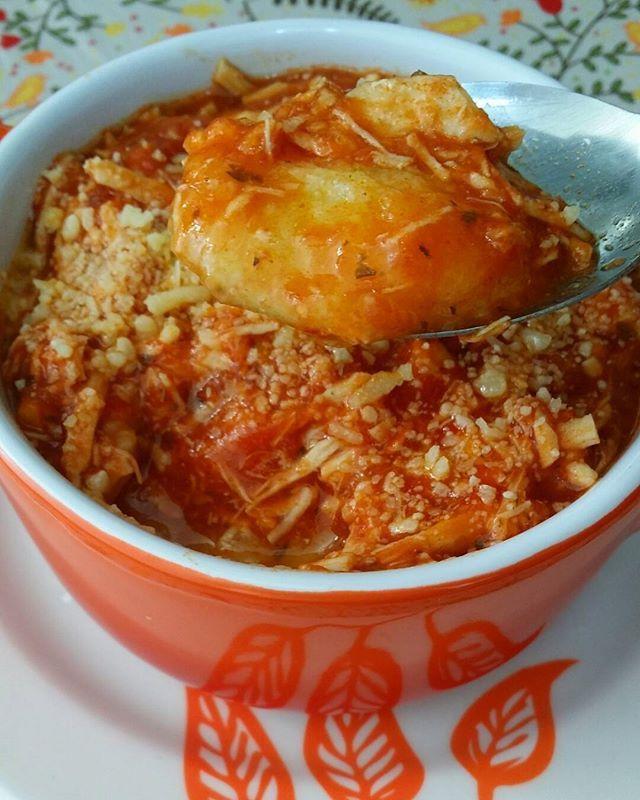 E para minha princesa 👸 hoje tem polenta cremosa 💛! ✔ Polenta 👉 Coloquei 250g de polentina (pode ser fubá) em 200ml de água e deixei descansar por 2 minutos. 👉 Em uma panela coloquei um fio de azeite, 3 dentes de alho, sal, fundo de frango. Deixei ferver, abaixei o fogo e juntei a polentina, mexendo sempre. ✔ Molho de tomate 🍅🍅 👉 Refoguei alho em um fio de azeite, coloquei o molho de tomate (caseiro que tenho sempre no freezer), temperei com sal, mix de ervas ( pimenta do reino…