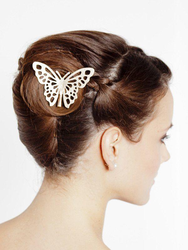 Tierisches Accessoire: L'Oréal Professionnel stylt diese Brautfrisur mit einer süßen Schmetterlings-Spange. Die Haare am Vorderkopf wurden zusätzlich geflochten und hinten im Knoten festgesteckt.