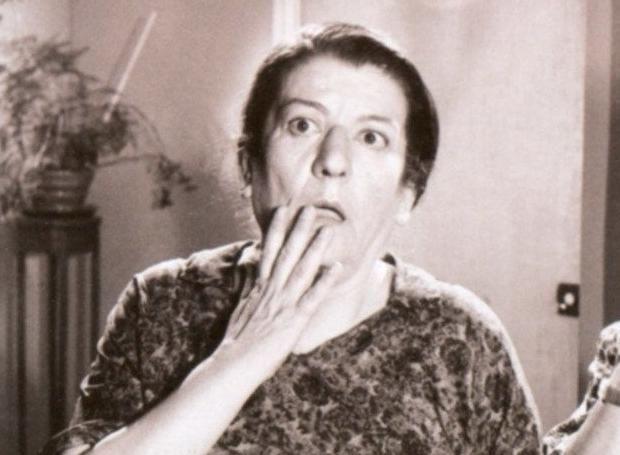 Σαπφώ Νοταρά (1910 – 1985): Ελληνίδα ηθοποιός, με σπουδαία υποκριτικά προσόντα, τα οποία δεν εξαντλούνταν στη χαρακτηριστική βραχνή φωνή της, που την καθιέρωσε στο καλλιτεχνικό στερέωμα και την έκανε γνωστό στο μεγάλο κοινό...