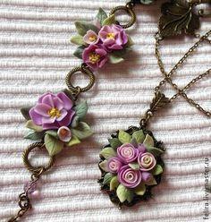 Комплект Нежность. Этот нежный, цветочный комплект состоит из подвески, браслета, кольца и серёг. Выполнен из полимерной глины в пастельных тонах и фурнитуры-бронза античная в винтажном стиле.
