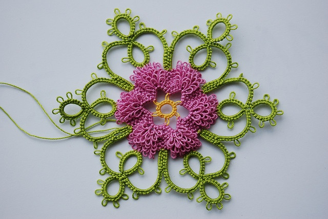 Tatting tutorial with a shuttle. Info on link about pattern and colors ~!~