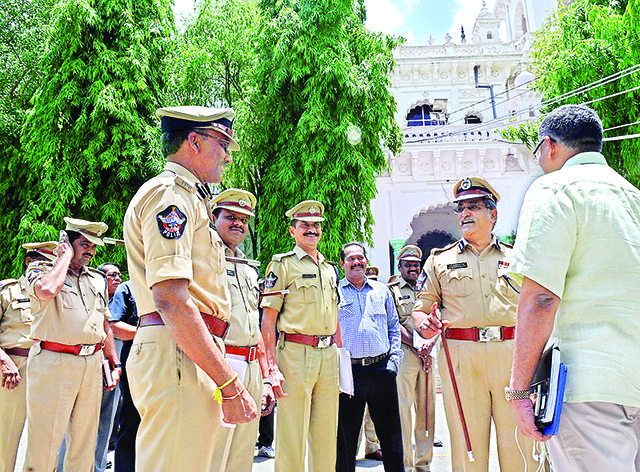 AP police Inside, Telangana police Outside - read complete story click here... http://www.thehansindia.com/posts/index/2014-06-19/AP-police-inside-T-police-outside-98907