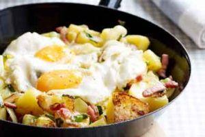 Een AVG'tje (aardappel-groente-vlees) met een twist. Dit winterse stoofpannetje smaakt extra lekker op een koude dag. Eet smakelijk!