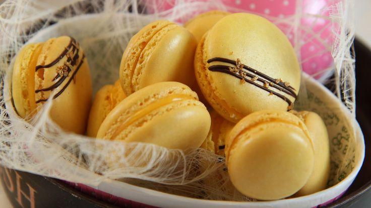 Gult er kult og til påske lager Lise Finckenhagen gule makroner med sitronkrem.