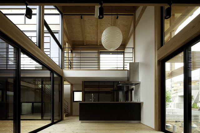現しの梁や柱が大迫力な、天井の高い和の空間とモダンなアイランドキッチンがよく似合っています。