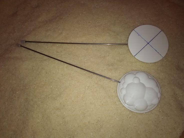 """Instrumento que he diseñado e impreso en 3D con PLA. Por un lado es una herramienta de calibración, por el otro es una """"nube"""" que permite crear la lluvia de forma localizada."""