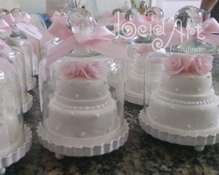 Lembrança de casamento personalizada. Mine bolo no pedestal com cúpula de vidro.