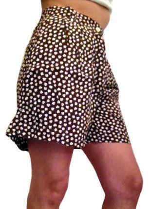 À vendre sur #vintedfrance ! http://www.vinted.fr/mode-femmes/autres-jupes/33024293-jupeshort-marron-avec-fleurs-blancs-taille-40