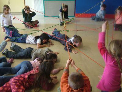 Se déplacer dessus, dessous... des cordes tendues entre les enfants