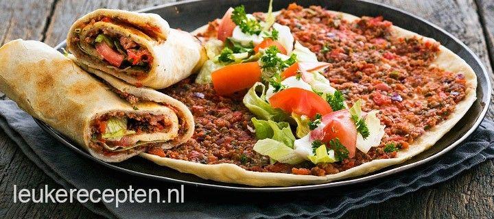 lahmacun met een zelfgemaakte bodem en smakelijke laag van gehakt en paprika.