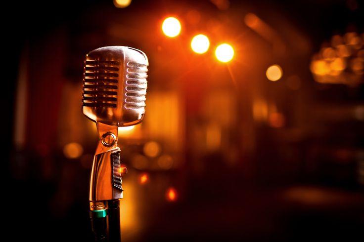 Printre cele mai mari doruri pe care eu şi prietenele mele vechi îl avem una pentru cealaltă e acela de a cânta împreună la karaoke. Mereu ne întrebăm când ne vom mai întâlni cu acest scop, mereu ne etichetăm în vreo piesă de suflet cântată des de noi în formulă de trei, mereu ne gândim una la cealaltă prin muzică.