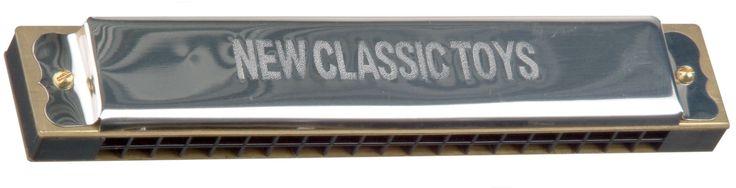 Neem je eerste stap in de muzikale wereld met deze mooie klassieke mondharmonica.- toonsoort: C New Classic Toys biedt speelgoed wat bijdraagt aan een positieve ontwikkeling van een kind waarbij veiligheid en plezier voorop staan.   Afmeting: 24x160x30 mm - Mondharmonica New Classic Toys: 20 gaten 16x3x2 cm