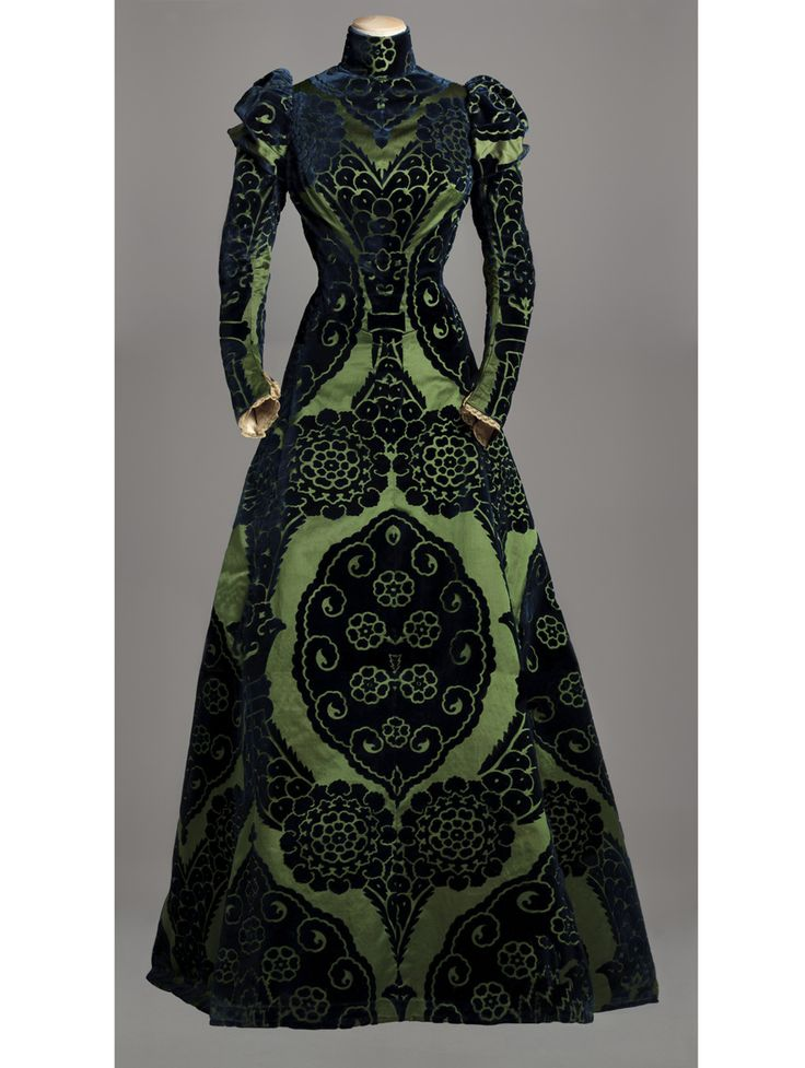 Worth, vers 1895. http://www.vogue.fr/culture/a-voir/diaporama/la-haute-couture-s-expose-a-paris/12166/image/735114