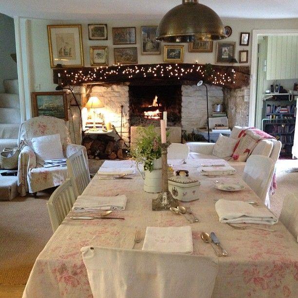 L'arte e il gusto di Christina Strutt, fondatrice e direttore creativo di Cabbages & Roses, noto brand anglosassone di articoli per la casa e abbigliamento d'ispirazione Vintage chic, mi hanno sempre affascinato. Adoro le ambientazioni romantiche e un po' retro nella campagna inglese dei suoi c