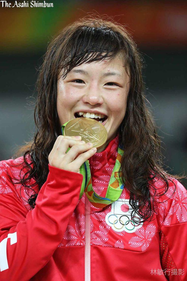 レスリング女子48キロ級の表彰式で、登坂絵莉選手が金メダルを掲げて笑顔を見せました。(啓) #レスリング #Gold   #JPN  #Rio2016 #リオ五輪