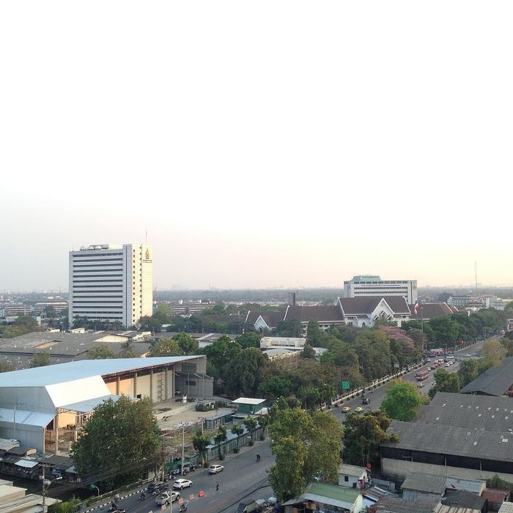 タイの人はよく働く印象ありますかこちらはかなりの発展を遂げていまっす  ここ最近はベトナムハノイの現地写真と  その時々に感じた疑問や発見などを届けていましたが  ボランティアスタッフの一時的人員不足よりヘルプのためタイバンコクに来ているTaiwaです  タイバンコクのマンションの屋上階に登り撮影した写真がこちらです  後程もう一枚違った角度のものもアップしまっす)  もちろん国が違うため  あれがないこれがない  ということはありますがそれは自国を基準しているのだから当たり前と言えば当たり前...  ところで  タイの人たちは働きものだと思いますか  実際来てみると分かるのですが屋台にしてもマッサージその他サービスにしても  深夜2時くらいまでやっているところが結構あります  マッサージに関していえば  ベトナムでは105分のマッサージ料金を払っているのに  お金をもらうだけもらって閉店時間になったからサービス終わり僕は55分で終わりでした;というのに対して  タイ今回はバンコクの話は一度受けた注文は最後までやります…