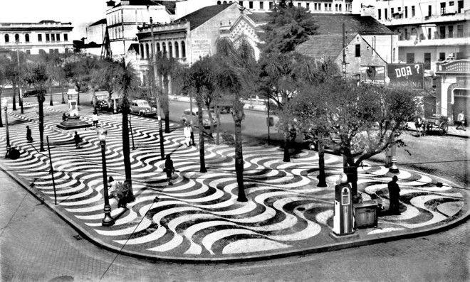 6 / 6  A beleza da Praça Zacarias quando o calçamento era feito com arte. No local um dos pontos de automóveis de aluguel, razão para o nome de carros de praça. Foto de 1946.