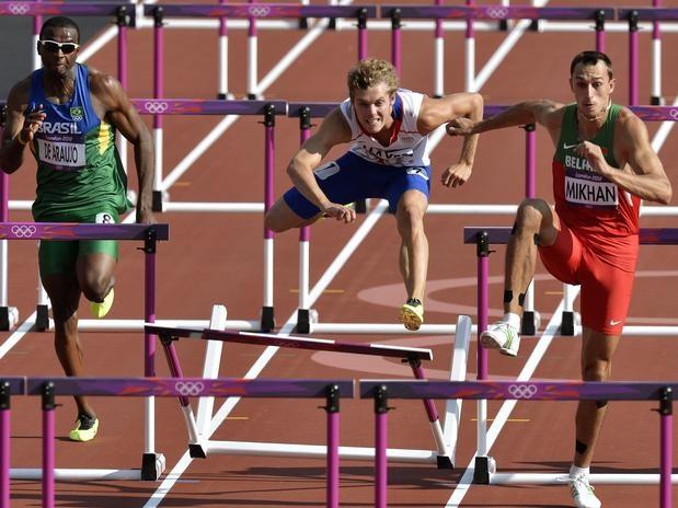 Luiz Alberto de Araújo (à esq.) ficou em penúltimo na terceira bateria dos 110 m sobre barreiras, realizada na manhã desta quinta-feira, no Estádio Olímpico. O resultado fez com que o brasileiro somasse 875 pontos e caísse da 14ª para a 16ª colocação na classificação geral do decatlo  Foto: AP