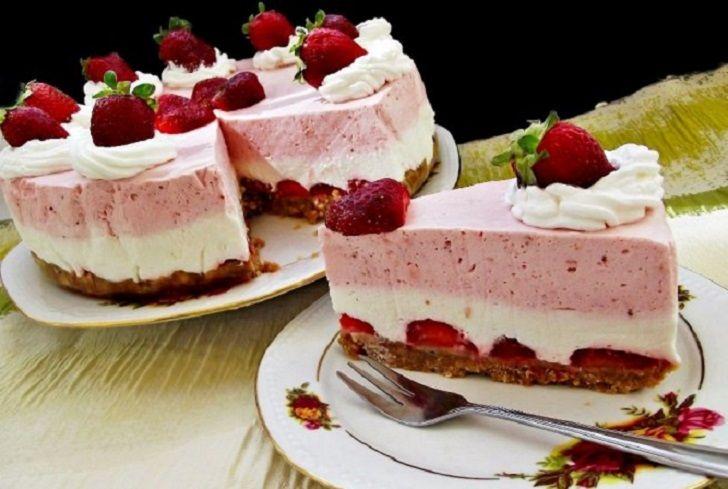 Ízletes és csodás tortát készíthetsz anélkül, hogy a sütő közelébe menj! Hozzávalók a laphoz: 20 dkg háztartási keksz 10 dkg vaj 10 dkg eper A fehér réteghez: 25 dkg mascarpone 1 dl habtejszín 3 evőkanál porcukor 1 teáskanál reszelt citromhéj A piros réteghez: 25 dkg mascarpone 15 dkg eper 3[...]