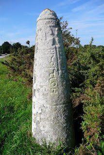 Bretagne  la stèle gauloise christianisée dit stèle de Prostlon, située à l'entrée de la presqu'île au lieu dit Pen-er-Pont,  juste avant Penhoët ou réside précisément la fée Tifenn.