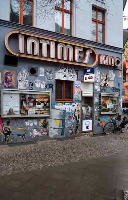 Im Kinocafé Intimes in Berlin Friedrichshain werden türkische und internationale Spezialitäten serviert, und zwar in einem besonders szenischen Ambiente.