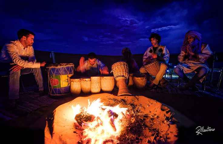 What is a night in the desert without some berberian song and traditional music? So, all seat around the camp fire and under a magical sky the show has begun. A fantastic break during a shooting night.