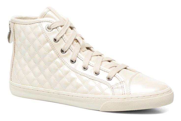 De bedenker van de schoenen van Geox, Mario Poletti Polegato, had op een dag last van de warmte toen hij door de straten van een stad in Nevada wandelde. Instinctief maakte hij met zijn zakmes gaten in zijn schoenen. Een geniaal idee dat hij met succes in ...