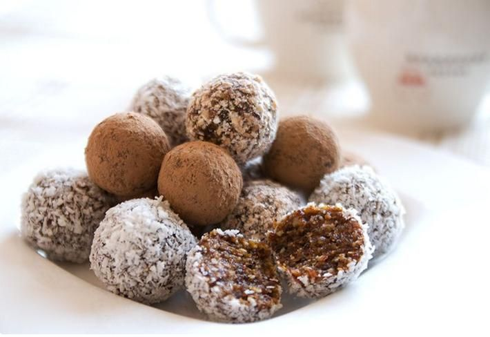 Вкусные десерты без муки и сахара  http://papinbag.ru/blog/%d0%b2%d0%ba%d1%83%d1%81%d0%bd%d1%8b%d0%b5-%d0%b4%d0%b5%d1%81%d0%b5%d1%80%d1%82%d1%8b-%d0%b1%d0%b5%d0%b7-%d0%bc%d1%83%d0%ba%d0%b8-%d1%81%d0%b0%d1%85%d0%b0%d1%80%d0%b0/  Фруктовый салат с йогуртом    Ингредиенты:  2 банана 1 большой апельсин 1 киви 1 хурма 2 яблока сладкого сорта йогур