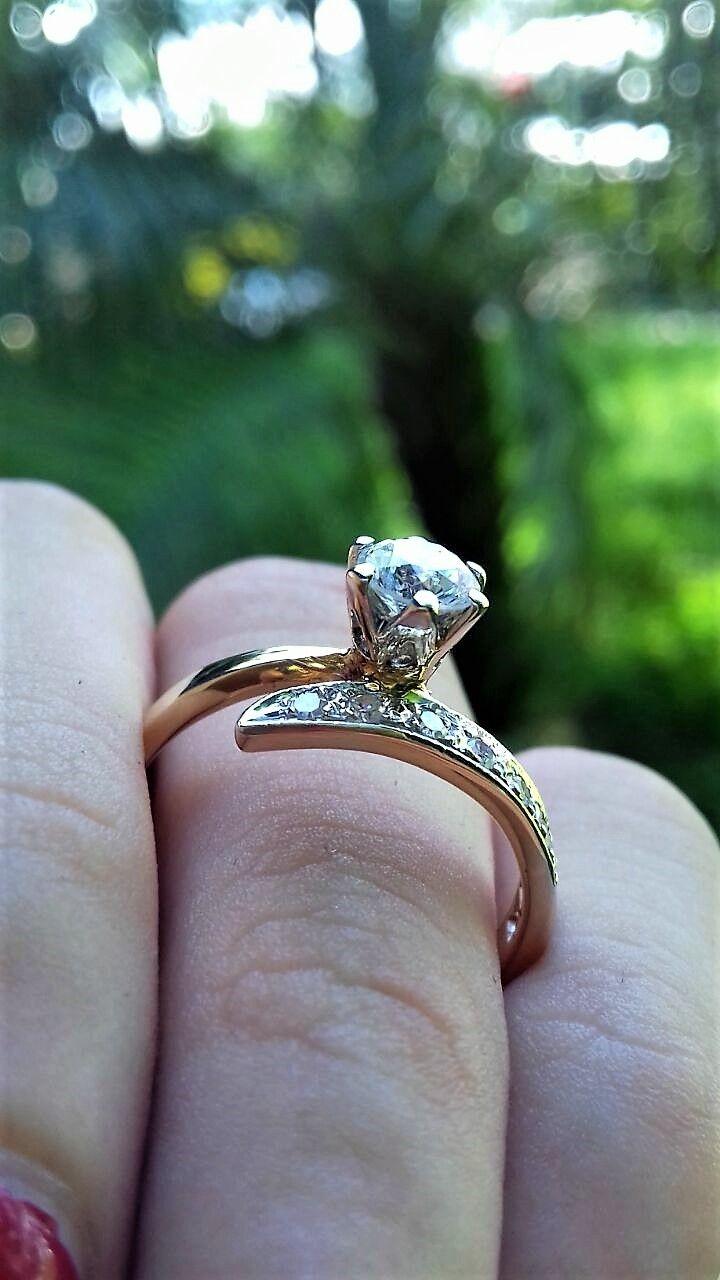 Anillo de compromiso en oro amarillo de 14 kilates, esta hermosa pieza tiene un  diamante central de 0.40 ctw color F-G calidad : VS1 Corte redondo,  en un extremo de sus  banda tiene incrustados un total de 8 Diamantes de 0.02 ctw haciendo un total de 0.16 ctw sólo en la banda ... este anillo tiene un peso de 2.5 gramos aprox.   $49,950/ AHORA $ 35,964  *Disponible de talla 4 a 10. *Garantía de por vida *Certificado de autenticidad *Diamante incluido *Incluye caja y empaque de nuestra m...