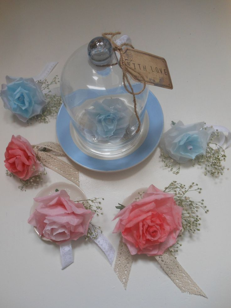 OOk erg mooi,een enkele roos onder een stolp in de kleuren van het interieur. Op you tube staan filmpjes over hoe je de rozen maakt.
