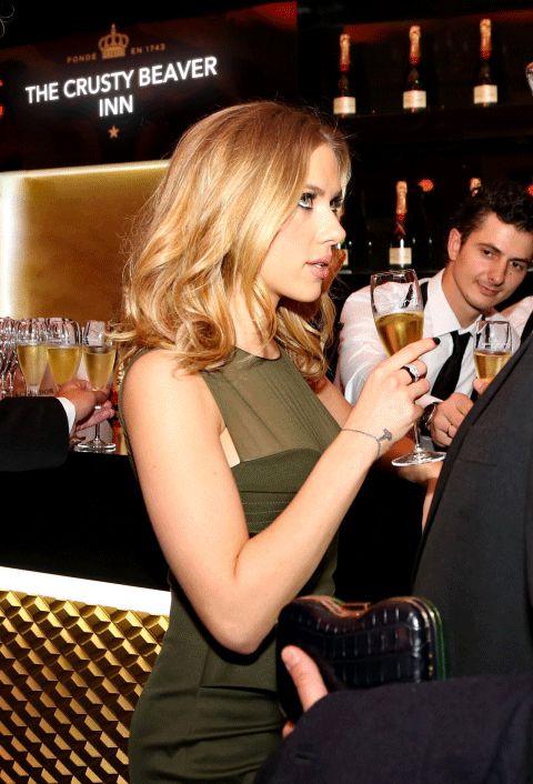 Waiters Caught Staring At Scarlett Johansson Is The Internet's Newest Sensation (11 pics)