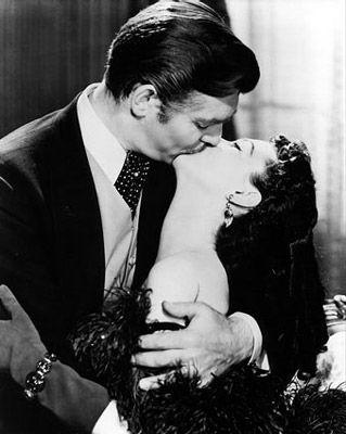 """Il bacio tra l'affascinante Rhett e la capricciosa Rossella in """"Via col vento"""""""
