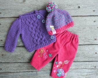 Este listado está para el suéter de punto algodón/lino de mano con botones de árbol como broche y dos botones de cristal antiguo, Batista de algodón y lino vestido con bordado y lazo teñido que se ajusta el tamaño de las muñecas Waldorf 16 o 18 (slim fit) de la mano.  Circunferencia de la cintura-11.5 ; Longitud de la manga - 5.5; Longitud de suéter - 5,5. Vestido - 11  Precio - 60USD  Listo para enviar
