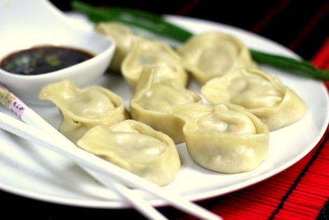 Pierożki wonton z wieprzowiną na parze to danie w charakterze dalekich Chin smaczne i pożywne