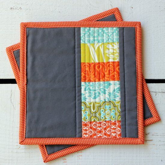 This quilted potholder tutorial uses stacked coins to create modern potholders perfect for any kitchen.