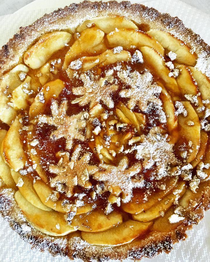 Crostata alla marmellata, mele e granella di noci