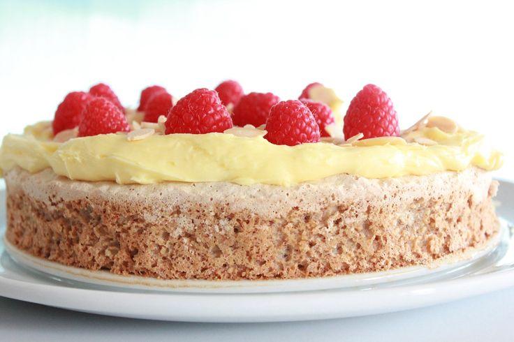 Suksessterte er for noen verdens beste kake. Jeg er kanskje inhabil, men jeg tillater meg allikevel å si at dette er den beste suksessterten jeg har smakt. Kaken er lagd i en 22 cm springform – bake it easy som er form og kakefat i ett (nei, ikke reklame). Denne bruker jeg ofte, og jeg er veldig fornøyd med kakefatet og størrelsen på formen. Kremen bør lages dagen i forveien. Kremadvarsel; Kremen i denne oppskriften er kanskje i det meste laget for en kake. Det kommer nok an på hvor mye du…