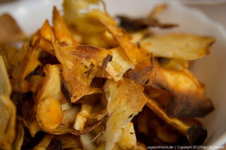 Pastinakenchips können Sie mit diesem Rezept einfach und schnell zu Hause zubereiten. Zutaten: Pastinaken, Olivenöl und ein paar einfache Gewürze.