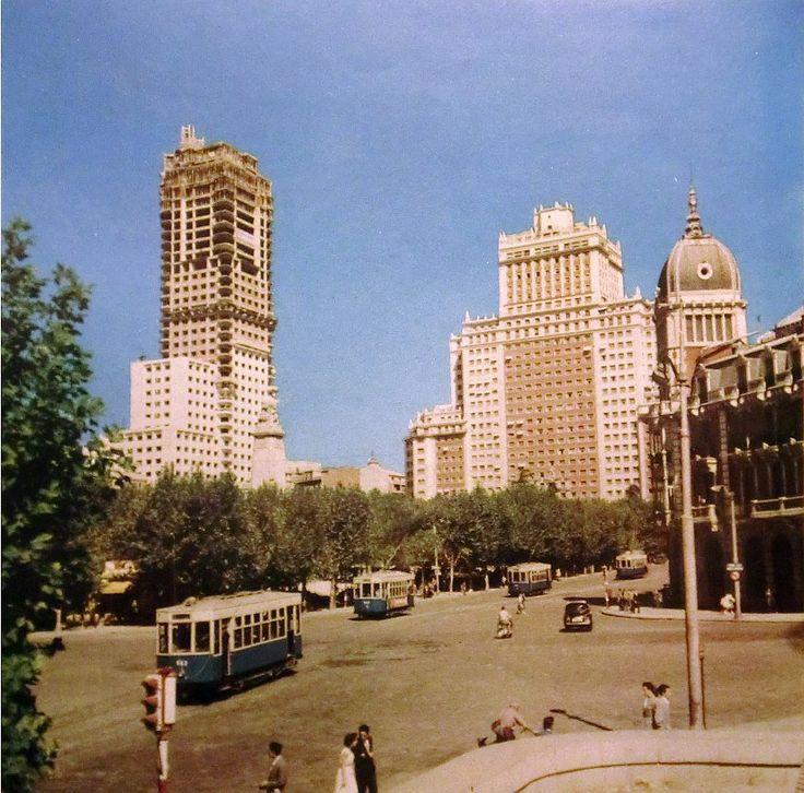 La construcción de Torre de Madrid -- Vemos el avance de las obras en una plaza de España sin apenas tráfico, en la que todavía no se había construido su paso elevado. La fotografía se insertaba en un anuncio de AVIACO publicado en la revista Blanco y Negro del 11 de enero de 1958.