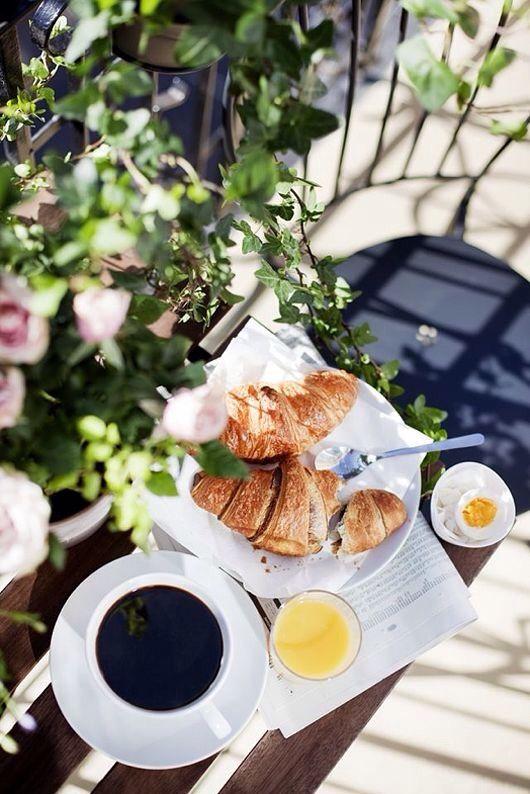 Доброе утро! Круассаны, апельсиновый сок и черный кофе