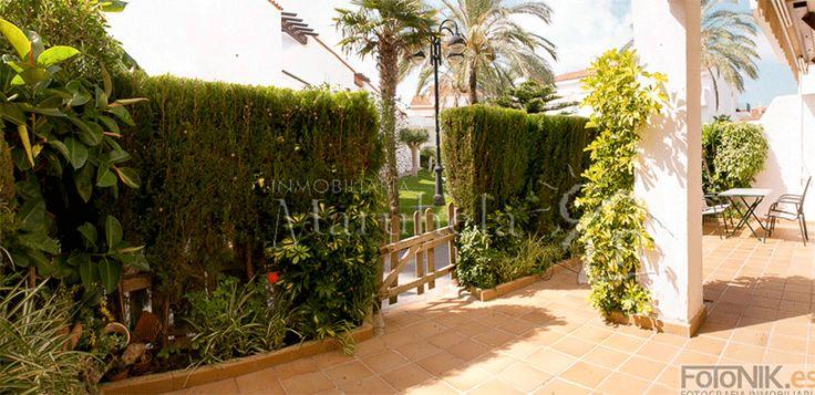 La terraza es muy amplia y tiene salida a los jardines y piscina. Un lujo.